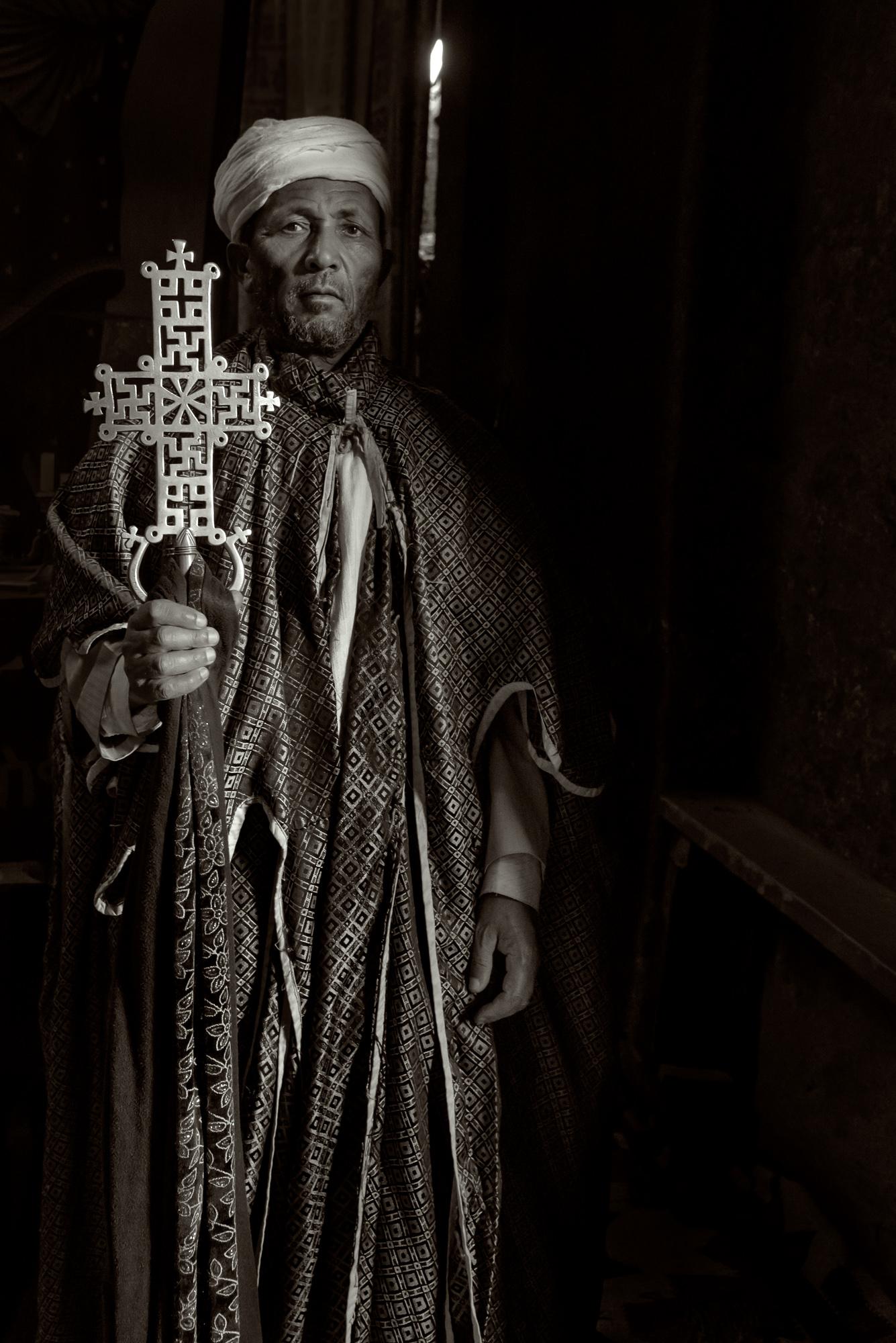 prete in chiesa ortodossa a Lalibela