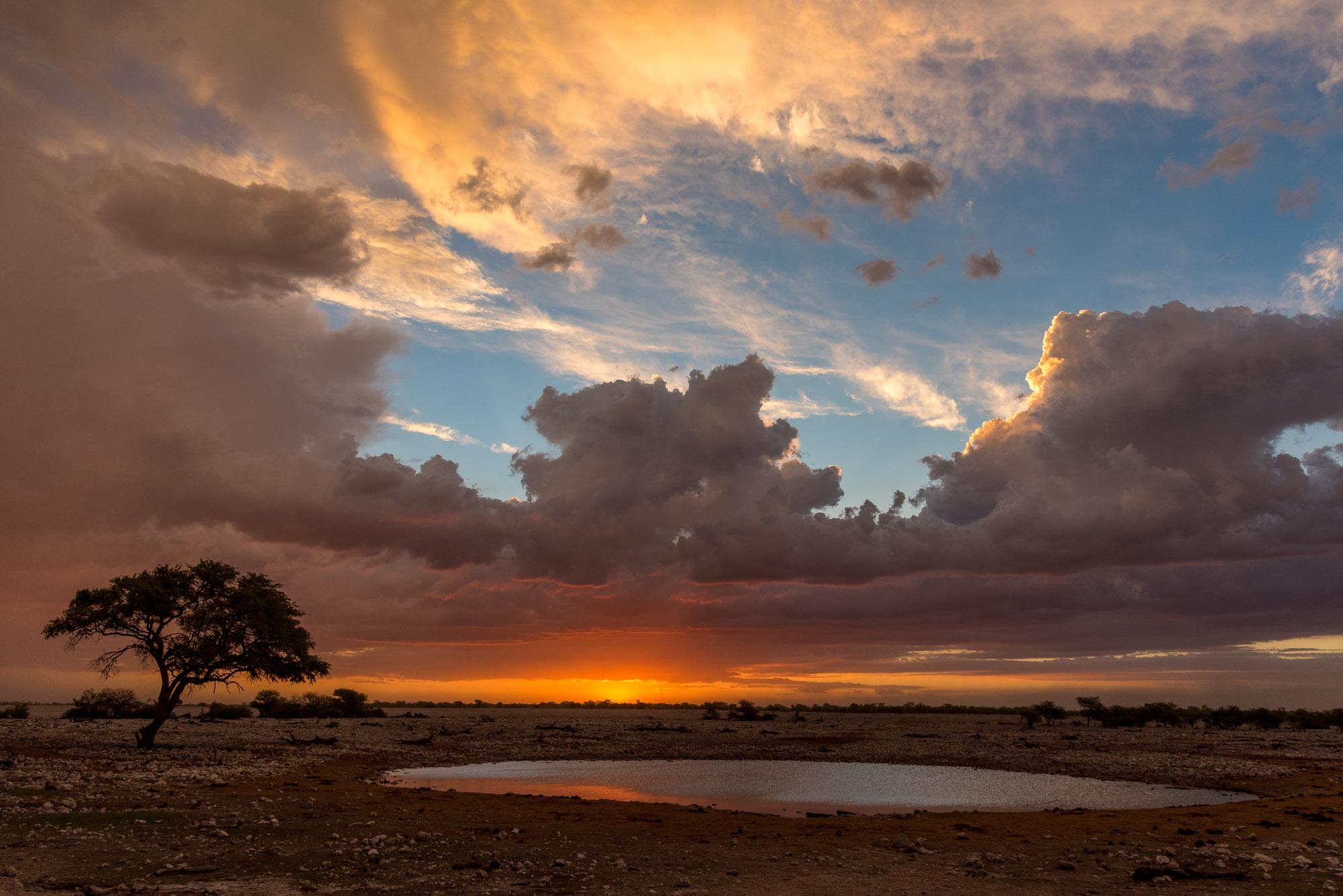 tramonto a Okaukuejo nel parco del etosha