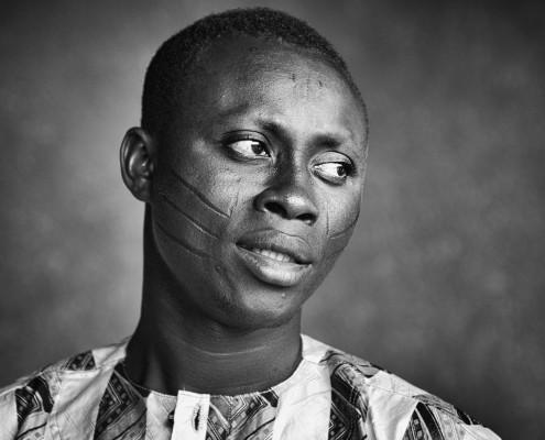 Ragazzo con le scarificazioni tribali in Benin, foto in bianco e nero