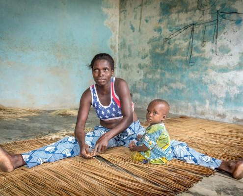 Tessitrice di materassini in Benin