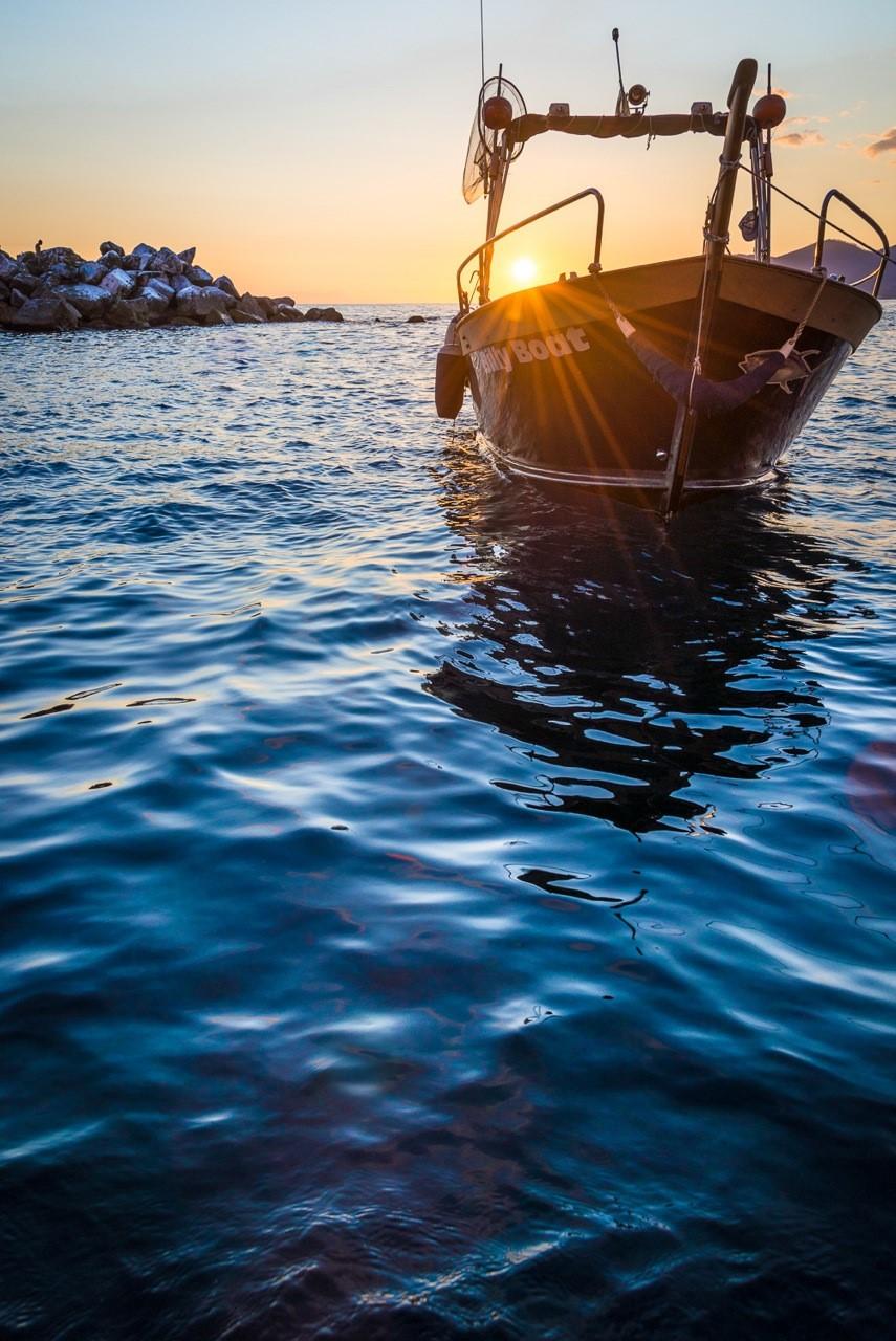 una barca nel porticciolo di manarola al tramonto