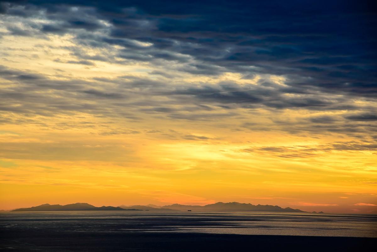 tramonto invernale sul mare ligure