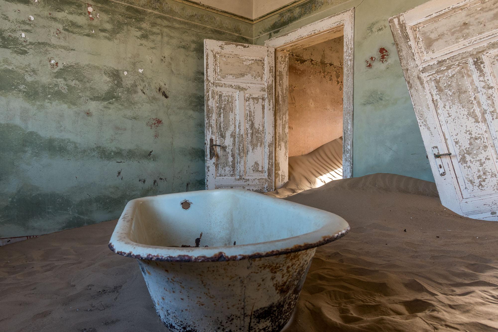 kolmanskop, una vasca da bagno in mezzo al deserto parla dei tempi passati