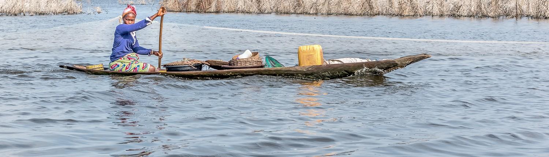 una donna in canoa a Ganvie, il villaggio galleggiante in Benin africa