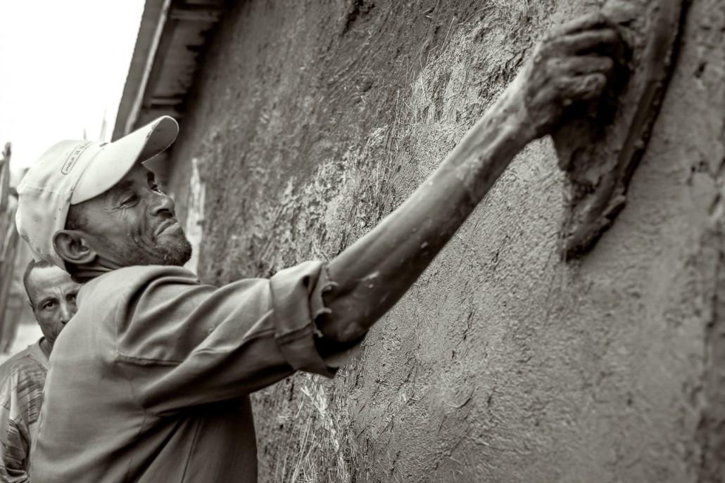 un operaio in Etiopia