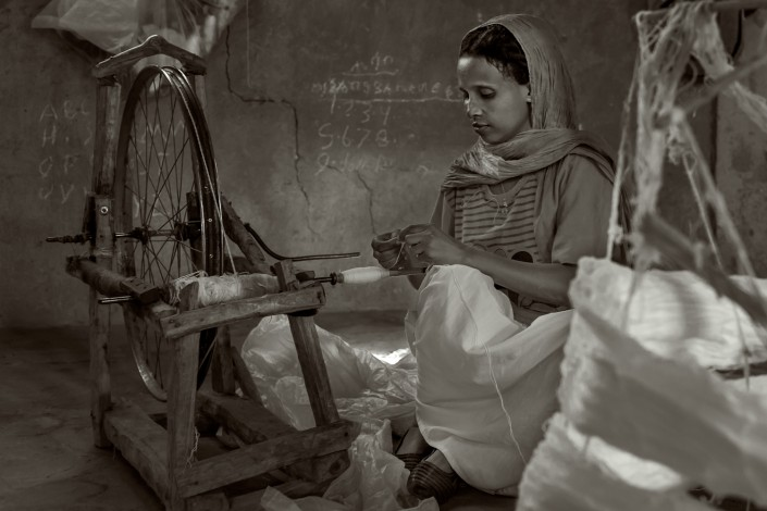 ritratto in bianco e nero di una tessitrice. Etiopia