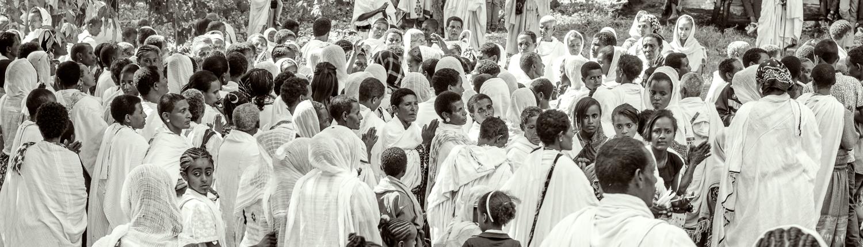 un gruppo di credenti, foto in bianco e nero durante la festa timkat in etiopia