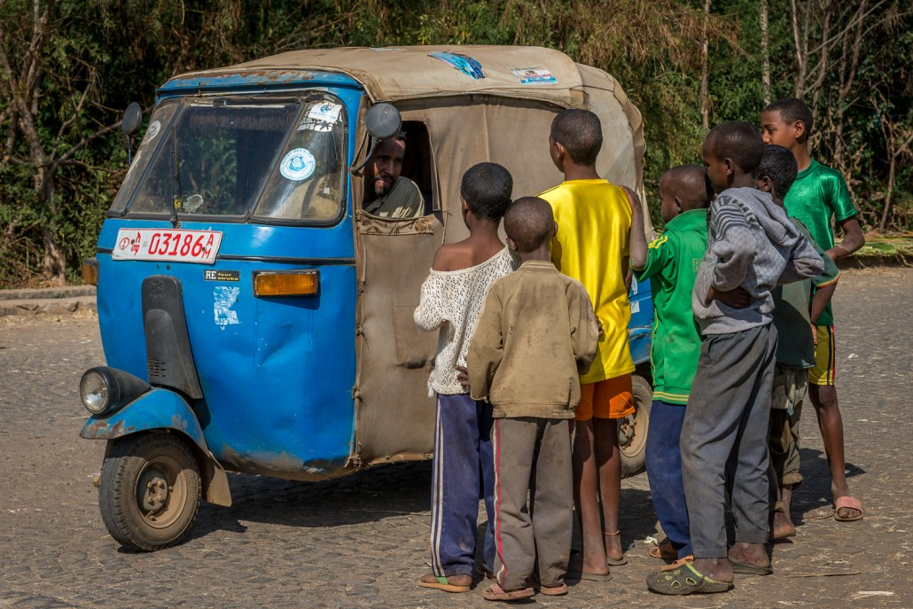 Bambini davanti a un tuc-tuc in Etiopia