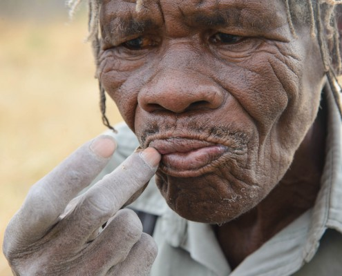 un uomo San, in Botswana