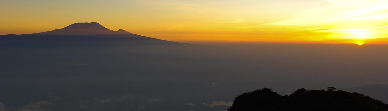 L'alba e il Kilimangiaro, visto dal Monte Meru