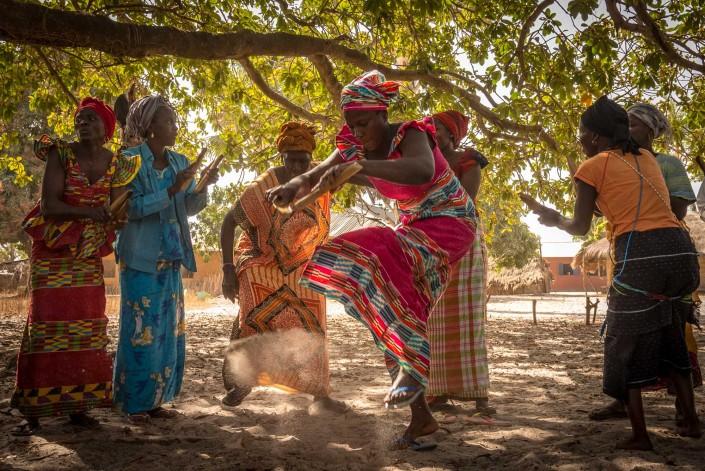 Senegal, tanzende Frauen in einem Dorf